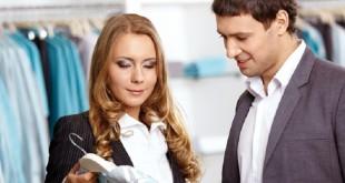 девушка предлагает клиенту товар