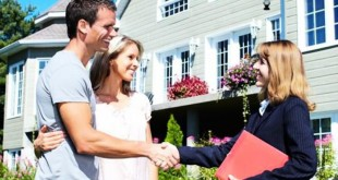девушка-агент предлагает купить дом