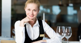 администратор встречает гостей в кафе