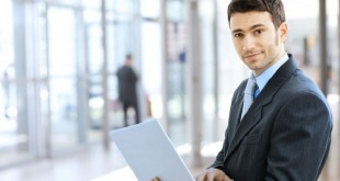 администратор с ноутбуком в офисе