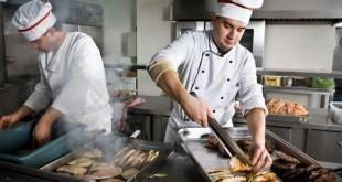 повара готовят еду на кухне