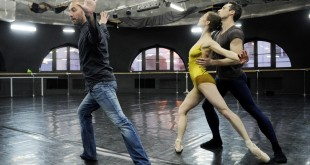 мужчина хореограф обучает танцу